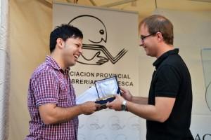 Oscar Sipán recogió el trofeo en nombre del ganador de la mano de Ruben Moreno (Fundación Anselmo Pié Sopena)