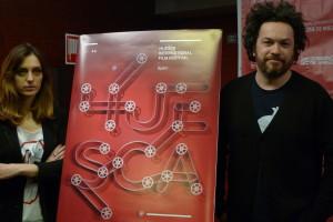 Borja Martínez (autor del cartel) y Azucena Garanto junto al cartel de la 44 edición